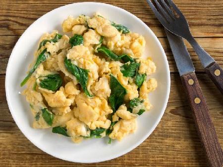 Бъркани яйца със замразен спанак и лук - снимка на рецептата